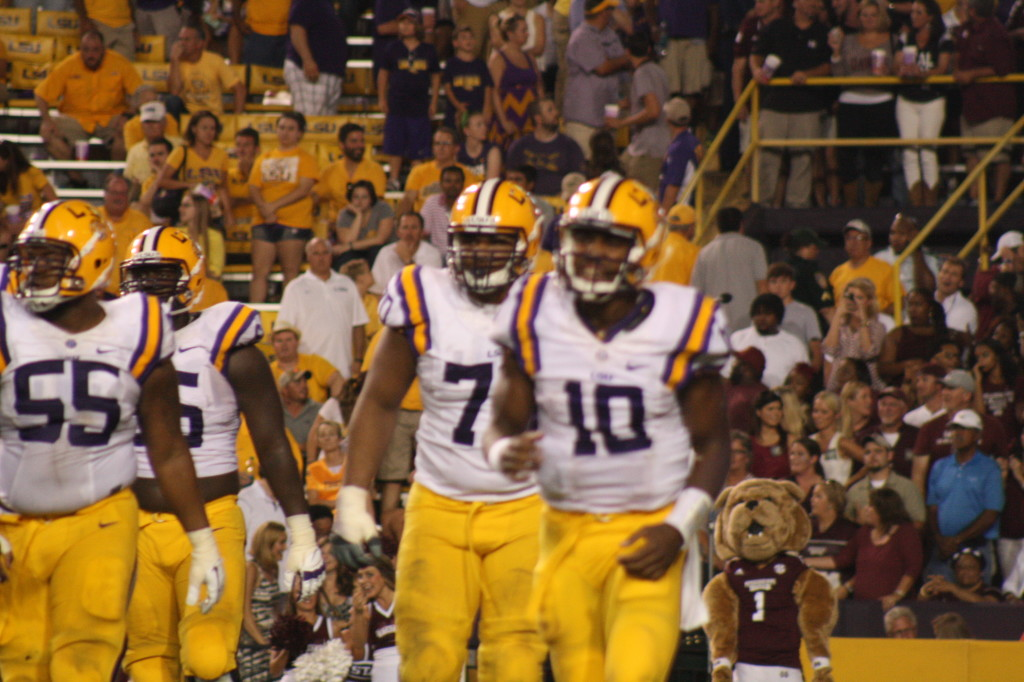 LSU qb Jennings coming off the field after injuring his shoulder.