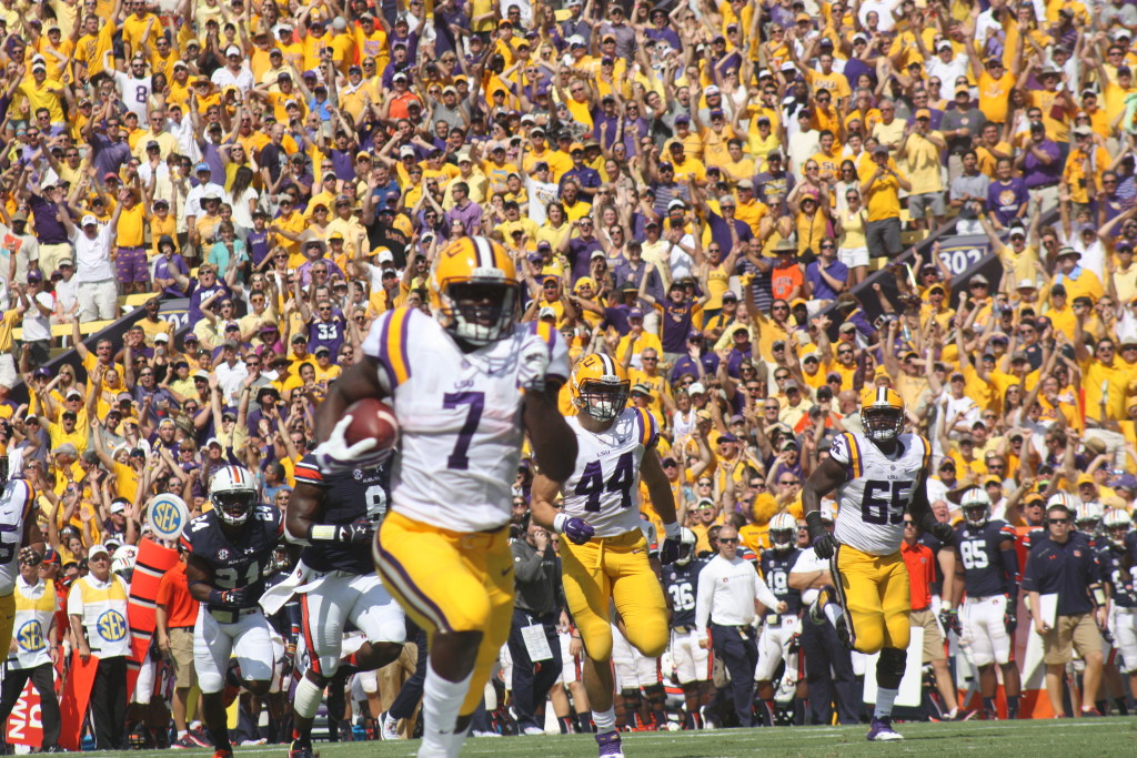 Fournette running up the field outrunning the Auburn defense.